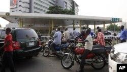 Warga Lagos, Nigeria, antre untuk membeli bahan bakar di pom bensin pada hari ketiga pemogokan nasional menyusul pencabutan subsidi BBM, 2012.