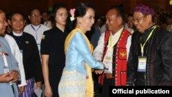 ၂၀၁၇ ေမလတြင္ ႏိုင္ငံေတာ္အတိုင္ပင္ခံႏွင့္ ေျမာက္ပိုင္းေဒသတိုင္းရင္းသား လက္နက္ကိုင္အဖြဲ႕ေခါင္းေဆာင္တခ်ိဳ႕ေတြ႔ဆံုစဥ္ (myanmar state counsellor office)