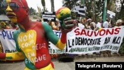 Warga Mali di Pantai Gading memprotes kudeta di negaranya selama berlangsungnya rapat luar biasa ECOWAS di Abidjan (27/3).