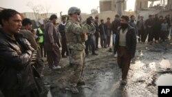 Američki vojnik na mestu napada u Kabulu