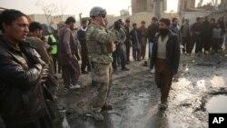 Американський військовослужбовець на місці самогубної атаки в Кабулі
