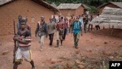 Des combattants anti-Balaka patrouillent dans la paroisse de Gambo, sud-est de la Centrafrique,16 août 2017