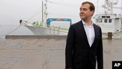 드미트리 메드베데프 러시아 총리가 일본과 영유권 분쟁을 겪고있는 '쿠릴열도' 지역의 쿠나시르 섬을 방문하기 위해 지난 2012년 접안시설에 도착해 상륙하고 있다. (자료사진)