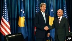 Državni sekretar Džon Keri sa kosovskim premijerom Isom Mustafom.