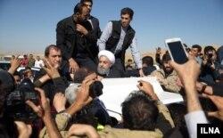 ورود حسن روحانی به مناطق زلزله زده؛ مردم به نحوه امدادرسانی اعتراض کردند.