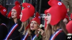 Manifestation à Paris, dimanche 6 octobre 2019, contre un projet de loi français qui donnerait aux couples de lesbiennes et aux femmes célibataires l'accès à la fécondation in vitro et aux procédures connexes.
