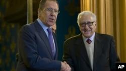 Ruski šef diplomatije Sergej Lavrov i mirovni izaslanih Ujedinjenih nacija Lakdar Brahimi tokom susreta u Moskvi