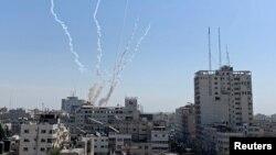 Kepulan asap tampak dari misil-misil yang ditembakkan dari Gaza ke arah Israel, di Gaza, 14 November 2019.