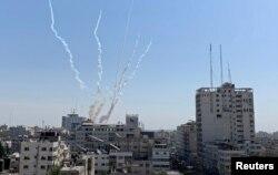 14일 가자지구에서 '이슬라믹 지하드'가 발사한 것으로 추정되는 로켓이 도심에 떨어진 후 연기가 상공으로 치솟고 있다.