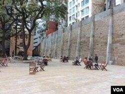 建在高坡处的监狱、操场和高墙 (美国之音记者申华 拍摄)