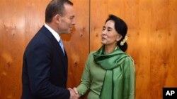 အမ်ိဳးသားဒီမိုကေရစီအဖြဲ႔ခ်ုပ္ဥကၠ႒ေဒၚေအာင္ဆန္းစုၾကည္ႏွင့္ ၾသစေတးလ်ဝန္ႀကီးခ်ဳပ္ Tony Abbott တို႔ Canberra တြင္ ေတြ႔ဆံုစဥ္ (ႏိုဝင္ဘာလ ၂၈၊ ၂၀၁၃)။