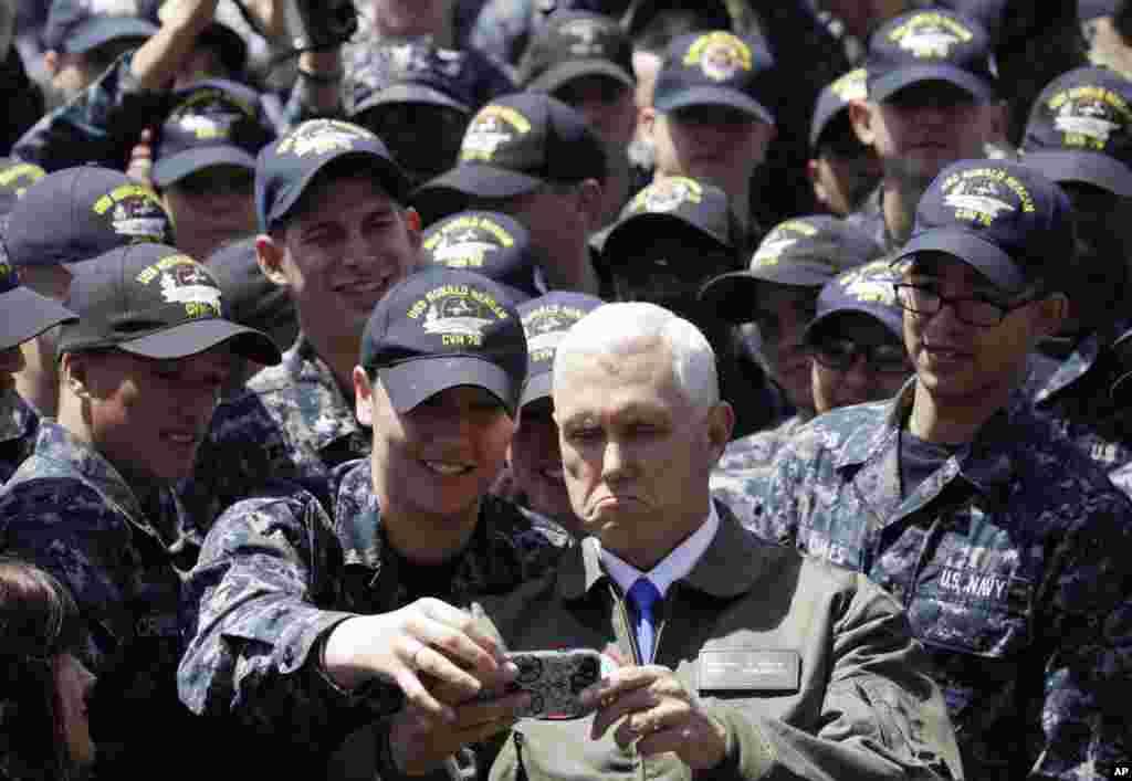 معاون رئیس جمهور آمریکا با یکی از نظامیان در پایگاه نیروی دریایی آمریکا در یوکوسوکا در جنوب توکیو سلفی می گیرد.