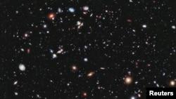 Foto terbaru alam semesta dari teleskop Hubble menunjukkan sekitar 5.500 galaksi, dengan yang tertua berusia hampir 13,2 milyar tahun (Reuters/NASA/University of California)