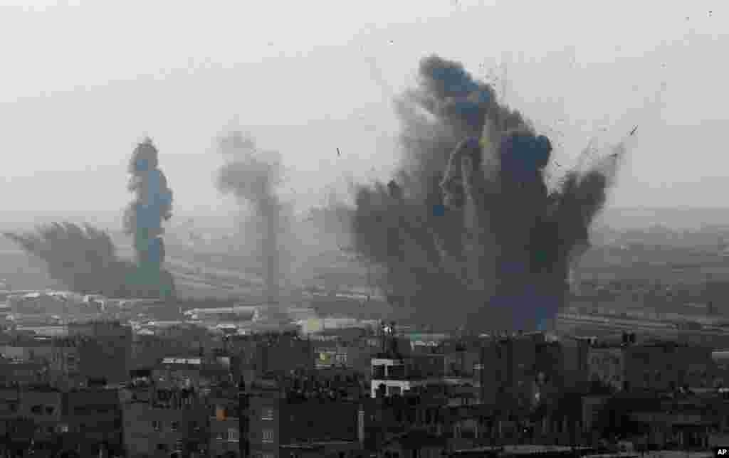 19일 이스라엘 공습 후 화염이 쏫는 가자 지구 남단 이집트 국경 지대.
