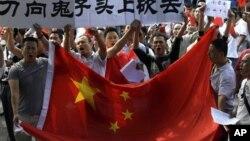 13일 베이징 주재 주중 일본대사관 앞에서 벌어진 반일 시위.