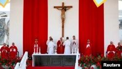 罗马天主教教宗方济各在古巴东部城市霍尔金主持天主教弥撒(2015年9月21日)