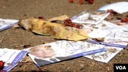 Campaign paraphernalia scattered after protesters are said to have stormed Ahmed Shafiq's headquarters in Cairo, May 29, 2012. (Elizabeth Arrott/VOA)