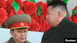 کیم جونگ اون در کنار جنگ سونگ تک در مراسم سالگرد تولد کیم جون ایل رهبر پیشین کره شمالی، سال ۲۰۱۲