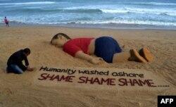 Nghệ sĩ Ấn Độ Sudarsan Pattnaik tạo ra một tác phẩm trên cát ở bãi biển Puri miêu tả cậu bé chết đuối người Syria Alan Kurdi.