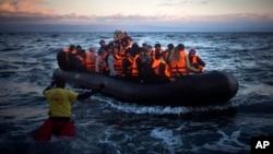 پناهجویان و مهاجرین هنگام رسیدن به ساحل یک جزیره یونان