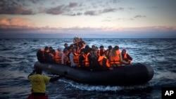 ربڑ کی کشتی میں یونان کے جزیرے لیسبوس پہنچنے والے پناہ گزین۔ (فائل فوٹو)