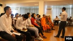 The workshop aimed to help participants identify and challenge the authorities on corruption issues. ( Leng Len/VOA Khmer)