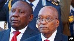 Le président sud-africain Jacob Zuma, à droite, et le président de l'ANC Cyril Ramaphosa, à gauche, à Cape Town, Afrique du Sud, le 9 février 2017.