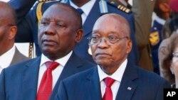 Le président sud-africain Jacob Zuma, à droite, se tient à côté du vice-président Cyril Ramaphosa, à l'extérieur du parlement, après une adresse sur l'état de la nation à Cape Town, Afrique du Sud, 9 février 2017.