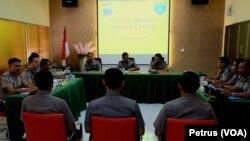 Sidang disiplin anggota polisi Lumajang di Polda Jawa Timur terkait kasus tambang pasir yang menewaskan Salim Kancil (Foto: VOA/Petrus)