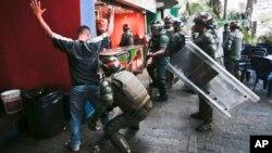 Efectivos de la Guardia Nacional cachean a los transeúntes en la zona de la Plaza de Altamira.