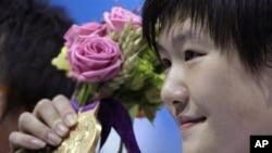 中国选手叶诗文7月28日在伦敦奥运会上赢得400米个人混合泳金牌