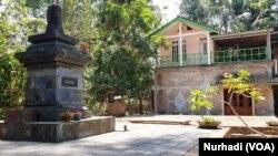 Sanggar pamujan, di kejauhan adalah rumah Utiek Suprapti. (Foto: VOA/ Nurhadi)