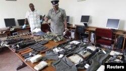 Võ khí, áo khoác cài chất nổ để tấn công tự sát, lựu đạn và súng tự động cảnh sát Kenya tịch thu được trong bố ráp một căn nhà ở Eastleigh, Kenya