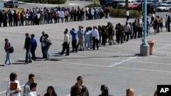 라스베이거스 카지노 업체인 해러스엔터테인먼트에 지원하기 위해 길게 줄을 서 있는 미국 구직자들