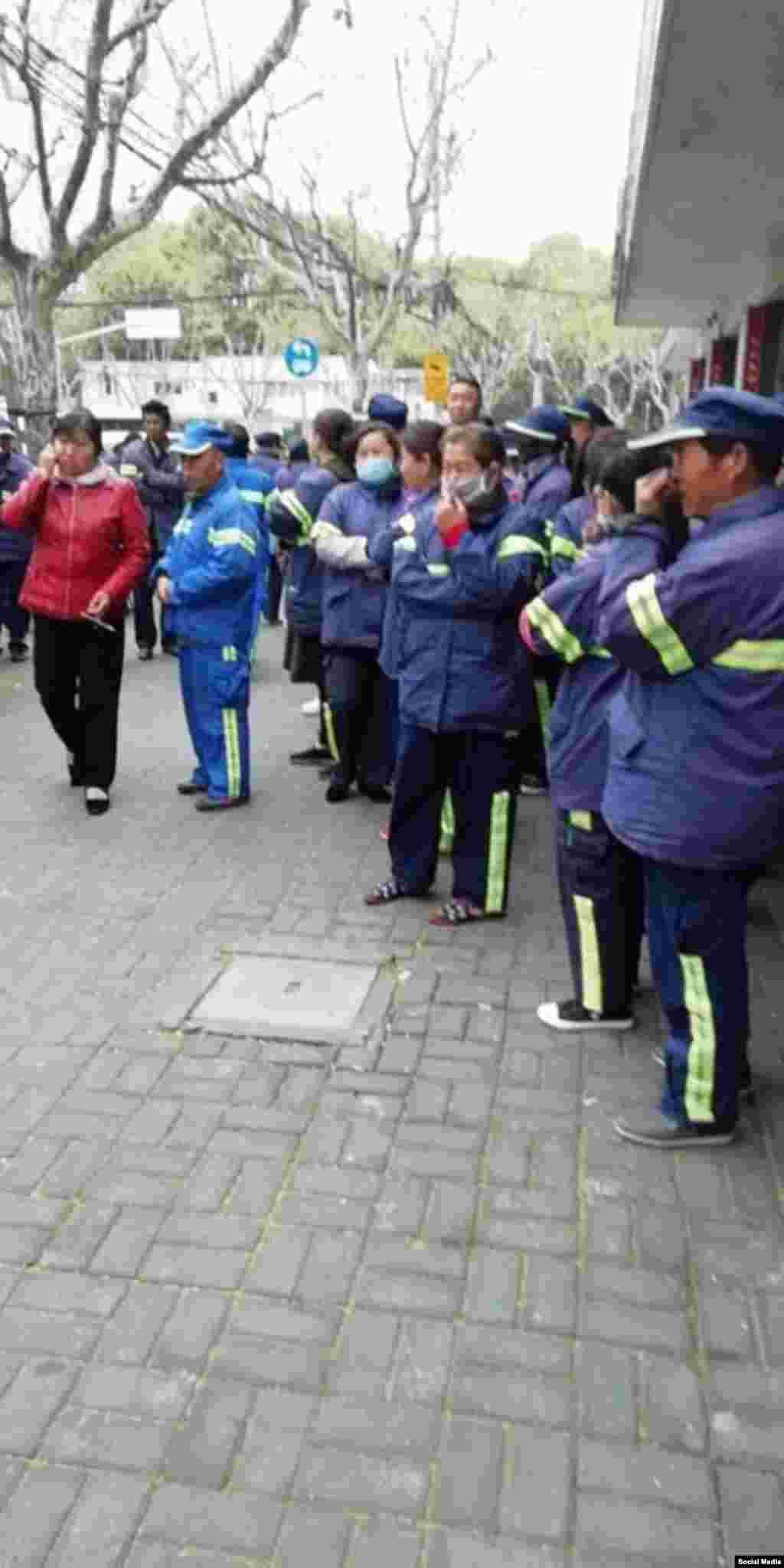 上海环卫工人。长宁区一千多清洁工从2018年3月26号开始罢工,索取被扣的工资与津贴,罢工6天后与公司达成协议,恢复工作。但当局仍然监视工人,禁止他们接受媒体采访。