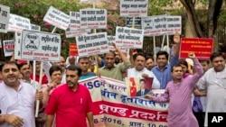 2016年6月28日印度首都新德里中国使馆外:印度教右翼团体成员抗议中国阻止印度加入核供应国集团