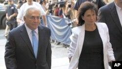 Mkuu wa zamani wa IMF Dominique Strauss-Kahn (L) na mkewe Anne Sinclair wakiingia mahakamani