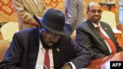 Perezida Salva Kiir ariko atera igikumu ku masezerano y'amahoro kuri uno wa Gattau. Uwumuri iruhande ni perezida Omar al-Bashir