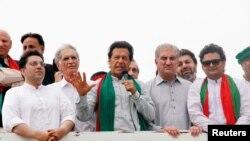 លោក Imran Khan (កណ្តាល) មេដឹកនាំគណបក្ស Tehreek-e-Insaf នៃប្រទេសប៉ាគីស្ថាន ថ្លែងនៅក្នុងការជួបជុំមួយនៅក្នុងទីក្រុង Peshawar ប្រទេសប៉ាគីស្ថានកាលពីថ្ងៃទី០៧ ខែសីហា ឆ្នាំ ២០១៦។