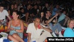 Público asistente a un concierto de Gypsy Kings, en Wolf Trap, el 8 de agosto de 2013. La agrupación se ha estado presentando en el Trap desde principios de la década de los 90 y 2018 no será la excepción. Fotografía original de Mitzy Macías, VOA.