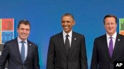 Le Secrétaire général de l'Otan Anders Fogh Rasmussen (à g.), le président Barack Obama (au c.) et le Premier ministre britannique David Cameron au sommet de l'Otan (AP)