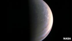 Gambar kutub utara planet Yupiter yang diambil oleh Juno, penyidik antariksa NASA (foto: NASA).