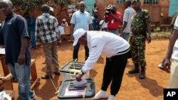 Rais Pierre bNkurunziza akilindwa na walinzi wake anapiga ki