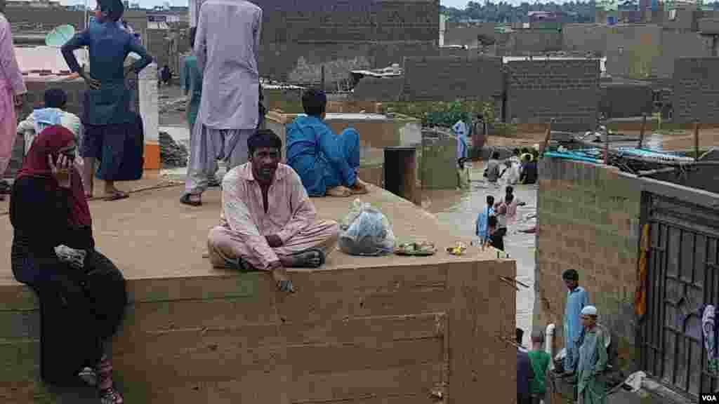 پاکستان کے سب سے بڑے شہر کراچی میں بھی حالیہ بارشوں نے تباہی مچا دی ہے۔ شہر کے نشیبی علاقے زیرِ آب آنے سے شہریوں کو مشکلات کا سامنا ہے۔