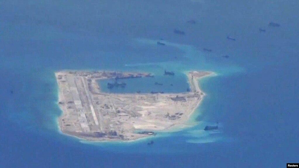 Các tàu Trung Quốc đang thực hiện bồi đắp ở Đảo Đá Chữ Thập