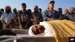 22일 시리아 희생자의 장례식에서 애도하는 홈스시 주민들.
