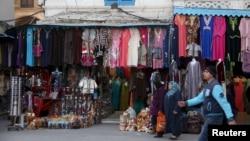 Des Tunisiens dans la vieille ville de Tunis, le 12 décembre 2015. (REUTERS/Zoubeir Souissi)