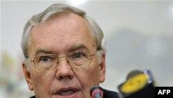 Ông Lynn Pascoe, Phụ tá Tổng Thư Ký Liên Hiệp Quốc nói rằng hải tặc Somalia tỏ ra liều lĩnh hơn, và đòi tiền chuộc cao hơn