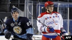 Сидни Кросби (номер 87), и Александр Овечкин под номером 8 в матче «Зимняя классика». 1 января 2011 года