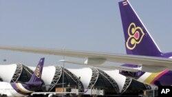 Các máy bay chở khách của Thai Airways tại sân bay quốc tế Suvarnabhumi ở Bangkok. Hàng nghìn hành khách vẫn đang bị kẹt tại đây do các chuyến bay của Thai Airways bị hủy bỏ vì cuộc xung đột giữa Pakistan và Ấn Độ.